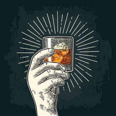 Naklejka Mężczyzna gospodarstwa szklaną whisky szkła
