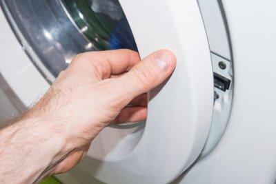 Mężczyzna ma ubrania z pralki