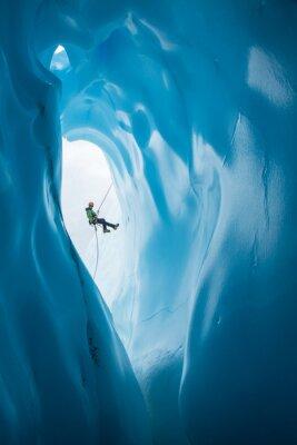 Naklejka Mężczyzna Rappelling obok otwarcia Blue Ice Jaskini na lodowiec Matanuska na Alasce