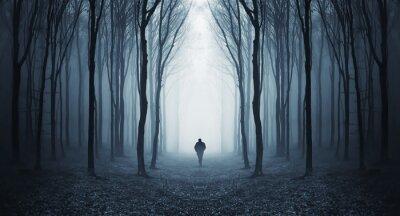 Mężczyzna w ciemnym lesie