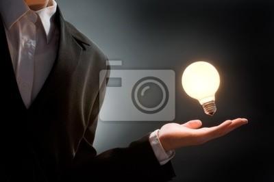 mężczyzna wskazując na oświetlonej żarówki