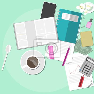miejsca pracy z kawy, dokumentów i kwiatów.