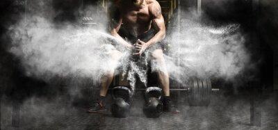 Naklejka Mięśniowy mężczyzna trening z kettlebell przy gym