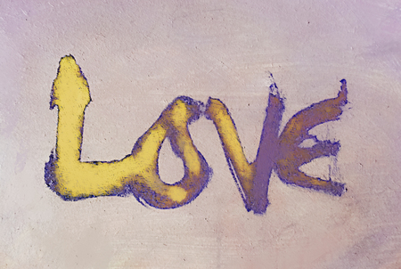 miłość malowana, słowo miłość ręcznie malowane, artystyczne słowo miłość, szorstki malowane pędzlem napis na pomalowanej fakturze, fioletowe i żółte odcienie.