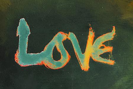 miłość malowana, słowo miłość ręcznie malowane, artystyczne słowo miłość, szorstki malowane pędzlem napis na pomalowanej fakturze, odcieniach pomarańczu i cyjanu.