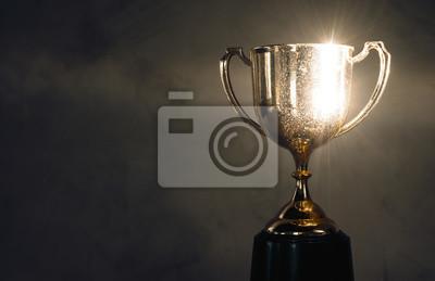Naklejka mistrz złote trofeum umieszczone na drewnianym stole