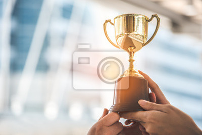 Naklejka Mistrz złoty trofeum dla zwycięzcy tła. Koncepcja sukcesu i osiągnięcia. Motyw nagrody sportowej i pucharowej.