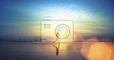 Naklejka Młoda dziewczyna wzdłuż plaży.