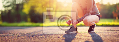 Naklejka Młoda kobieta bieg w parku. Aktywna osoba na zewnątrz o zmierzchu w lecie