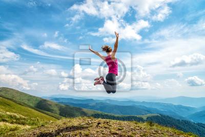 Naklejka Młoda kobieta na szczycie góry