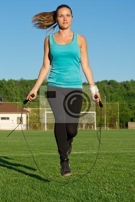 Młoda kobieta szkolenia z skakanka