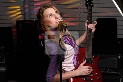 młoda kobieta z gitara rock