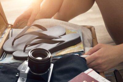 Młoda kobieta z torbą podróżną