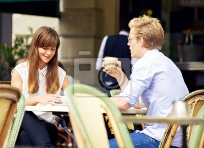 Młoda para rozmawia ponad filiżankę kawy