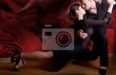 Młoda para w miłości taniec Latino tańca w klubie nocnym