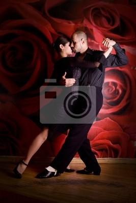Młoda para w miłości w nocnym klubie tańca Latino taniec