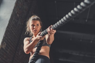 Naklejka Młoda sportowa dziewczyna w szkoleniu