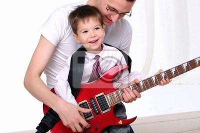 Młody ojciec uczy swojego syna