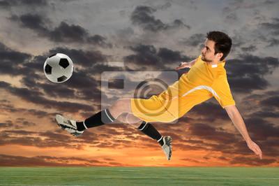 Młody piłkarz kopanie piłki