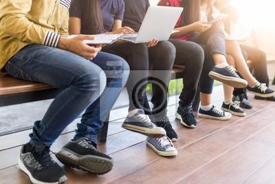 młodzi ludzie używali komputera i tabletu. edukacji i technologii