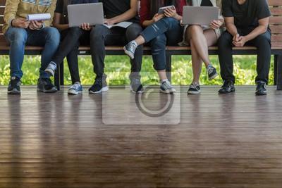 młodzi ludzie używali komputera i tabletu. edukacji i technologii.