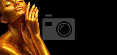 Moda modela dziewczyna w kolorowym jaskrawym złotym błyska na jej ciele w neonowych świateł pozować, Portret piękna dziewczyna z rozjarzonym makeup. Blask żywej neonowej skóry, body art