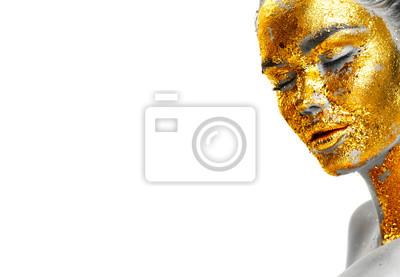 Moda portret kobiety twarzy złoty zbliżenie. Wzorcowa dziewczyna z krakingową złocistą folią na skórze. Biżuteria, akcesoria