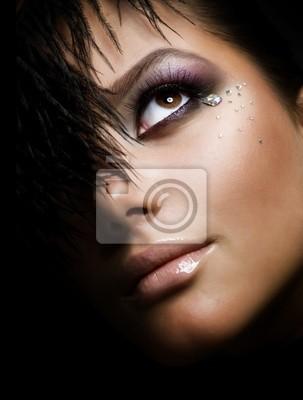 Mody dziewczyna w Face.Perfect makeup.Isolated on Black
