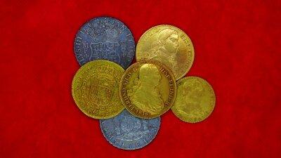 Naklejka Monedas de 8 escudos y 8 reales, de oro y plata, de España, reyes Carlos y Fernando.