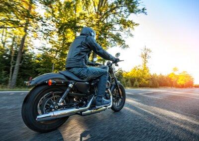 Naklejka Motocyklista jazda chopper na drodze