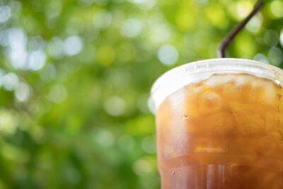 mrożona kawa americano na zielonym tle bokeh