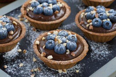 Naklejka mus czekoladowy z jagodami i orzechami w tartlets