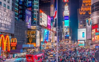 Naklejka NEW YORK CITY - 08 czerwca 2013: Turyści w Times Square w nocy. Ponad 50 milionów osób odwiedza Nowy Jork co roku.