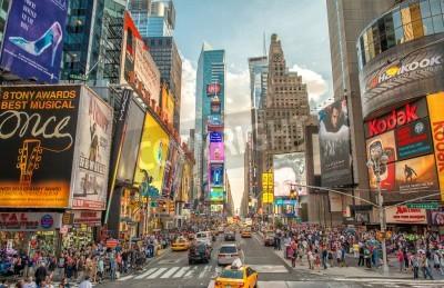 Naklejka NEW YORK CITY - 12 czerwca 2013: Nocny widok świateł Times Square. Times Square jest ruchliwym skrzyżowaniu turystyczny sztuki neon i handlu i charakterystyczny ulica Nowego Jorku.