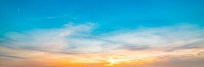 Niebieskie i pomarańczowe niebo n Alghero o zachodzie słońca