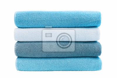 Niebieskie ręczniki kąpielowe w stosie. Pojedynczo na białym tle.