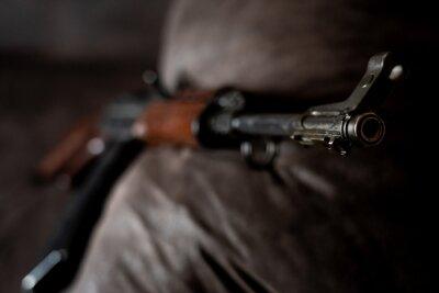 Niskie zdjęcie karabinu AK-47 Kałasznikowa. Ciemny karabin automatyczny z Rosji / Związku Radzieckiego.