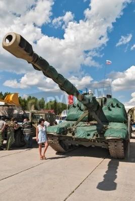 """Niżny Tagil, Rosja - 12 lipca 2008: byli zbadać sprzętu wojskowego. 2S19 """"MSTA-S"""" jest samobieżne haubice 152 mm zaprojektowane przez ZSRR / Rosji, która weszła w 1989 roku usługi"""