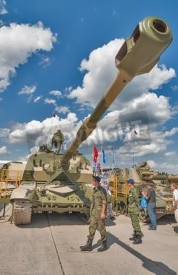 Niżny Tagil, Rosja - 12 lipca 2008: Odwiedzających odkrywania sprzętu wojskowego. 2S19 Msta-S-S jest samobieżnych haubic 152 mm zaprojektowane przez Unię Rosji Radzieckiej, który wszedł do służby w 19