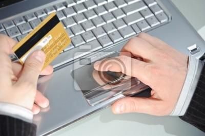 notebook, karta kredytowa i ręce mężczyzny