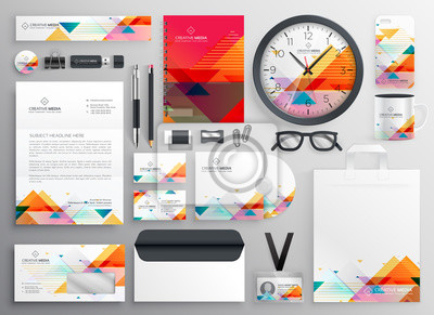 nowoczesny zestaw artykułów piśmiennych marki o abstrakcyjnych kształtach