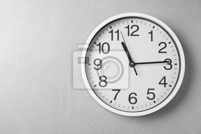 Naklejka Nowożytny zegar na popielatym tle, odgórny widok. Zarządzanie czasem