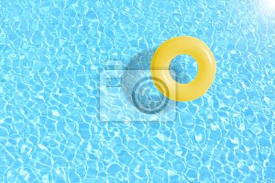 Naklejka ? Ó? Ty basen pływaka pierścienia pływaka w niebieskiej wody. Koncepcja kolor lato.