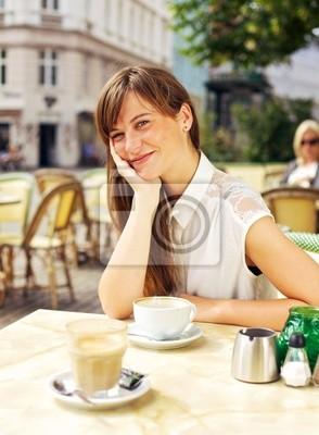 Obniżone kobieta korzystających w Open Air Cafe