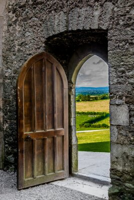 Naklejka Offenes Schweres Tor mit Blick auf Irische Landschaft