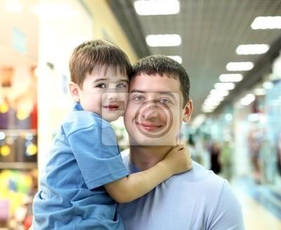 Ojciec i dziecko robi zakupy
