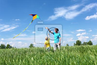 Ojciec z synem w lecie z latawcem
