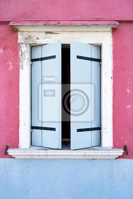 Okno z błękitną żaluzją na menchii ścianie. Włochy, Wenecja, wyspa Burano.