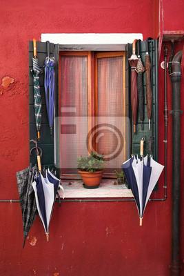Okno z parasolem. Burano. Wenecja. Włochy