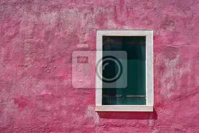 Okno z zamkniętą zieloną zieloną żaluzją na jaskrawym menchii ścianie. Włochy, Wenecja, wyspa Burano.
